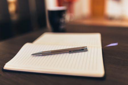 caderno, caneta e café